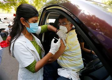 એપોલોની 'રસીલીલા': હોસ્પિટલમાં 850માં રસી, GMDC ડ્રાઇવ થ્રૂમાં 1000નો ચાર્જ, ભારે ઉહાપોહ મચ્યો